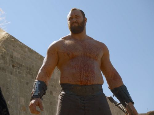 This photo of The Mountain from 'Game of Thrones' holding a regular mug looks like an optical illusion