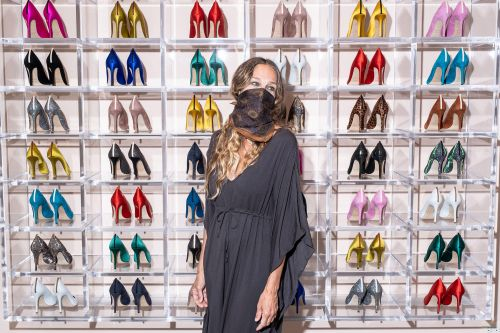 Sarah Jessica Parker masks up to help fans shop for shoes