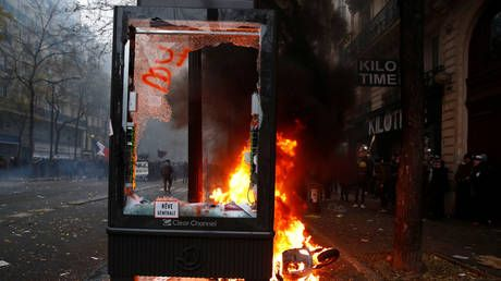 French demonstrators & police CLASH as protests turn to riots