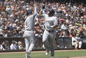 Yelich stays hot as Brewers top Giants, 5-3