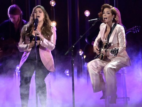 Halsey teamed up with Lady Antebellum at the CMA Awards for a stunning performance and now fans are begging her to make country music