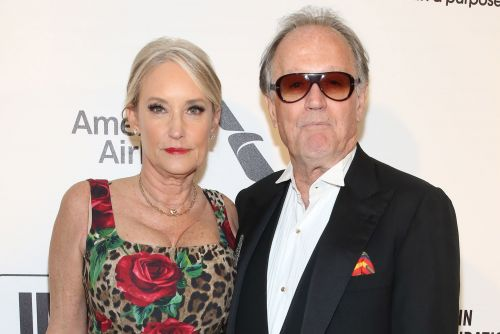 Peter Fonda's widow sues hospital over his lung cancer death