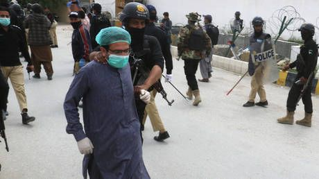 WATCH police arrest Pakistani doctors during heated protest over lack of protective gear amid surge in Covid-19