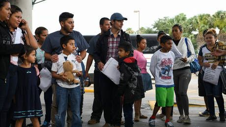 DNA pilot tests show 30% of migrants stopped at US border not related to 'their' kids - report