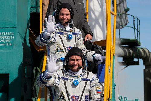 2 astronauts from U.S. and Russia make emergency landing after booster failure