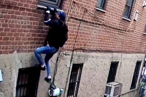 Cops looking for burglar caught scaling side of Queens building
