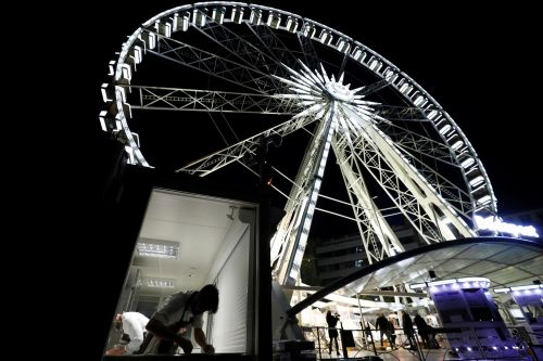 Restaurant holds social distancing dining event on Ferris wheel