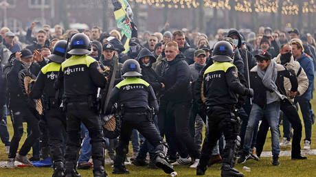 Water cannons & mounted officers: Unauthorized anti-lockdown rally in Amsterdam invokes strong police response