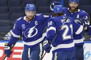 Chicago Blackhawks open the season with a 5-1 loss to the Tampa Bay Lightning