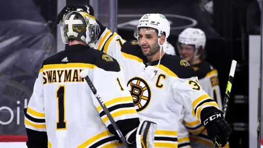 Bergeron reaches 900 career points with hat trick in Bruins' win over Flyers
