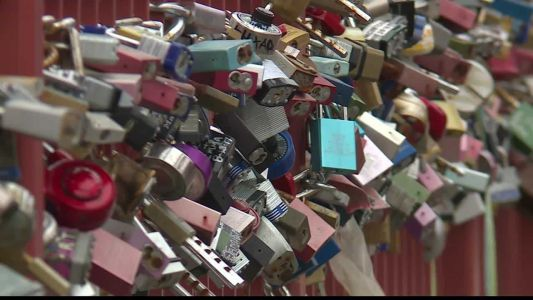 Couples 'lock their love' at Old Red Bridge in Minor Park