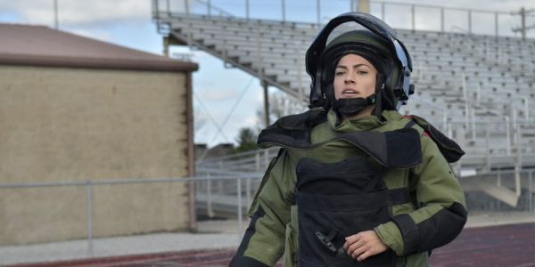 This female US Army soldier ran a mile in a 96-pound bomb suit in under 11 minutes, setting a new world record