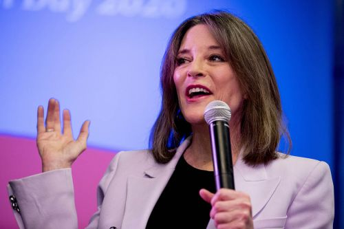 Marianne Williamson throws her support behind Yang in Iowa