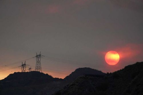 California heat wave raises wildfire threat, causes rolling blackouts