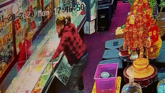 VIDEO: Thief smashes through glass to swipe jewelry, escape store
