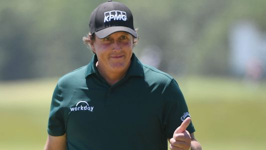 U.S. Open 2018: Phil Mickelson offered to withdraw after bizarre putt, his wife says