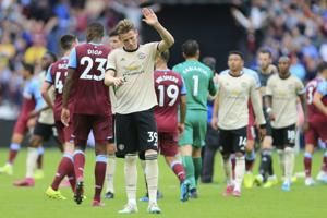 Soccer-Dismal Manchester United overpowered by West Ham