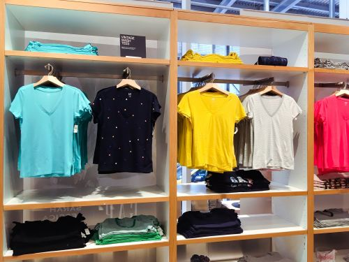 Gap is struggling to keep up with its sister brands - we visited the store and saw why