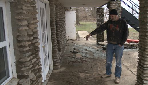 Homeowner says thieves are targeting flooded homes