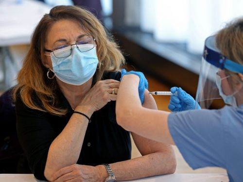 How to craft a simple but strong vaccine policy for your workplace, according to HR consultants, a medical doctor, and business owners