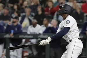 Lewis' homer carries Mariners past Reds