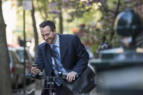 'Disturbing' number of Manhattan cyclists use phones while riding: study