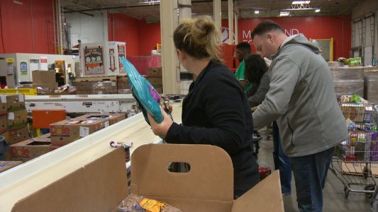 Ravens, Maryland Food Bank team up to feed hungry during holidays