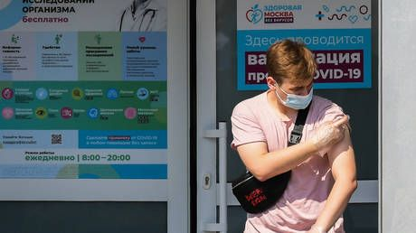 Nearly half of Russians now back mandatory Covid-19 vaccination & 61% of those yet to get jab now planning to do so, polls say