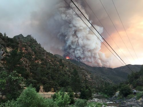 Hot weather hinders efforts against fire near Yosemite