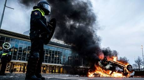 Clashes, arson & mass arrests as riot police struggle to contain anti-lockdown rage in the Netherlands