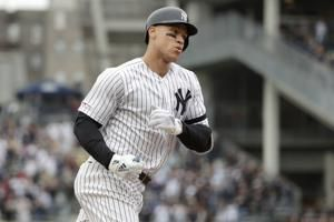 Yankees star Aaron Judge exits early with oblique injury