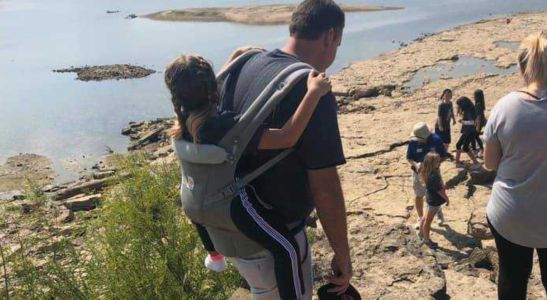 Teacher carries student with spina bifida so she can attend field trip