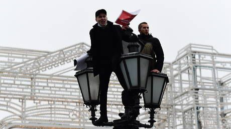 Apparent Anti-Navalny protestor pulled down from Moscow lamppost during rally for holding sign objecting to activist