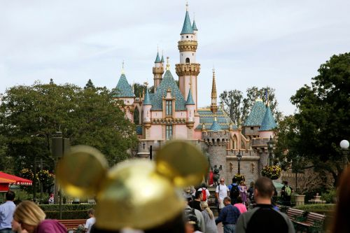 Teen with measles may have exposed visitors at Disneyland, Universal Studios