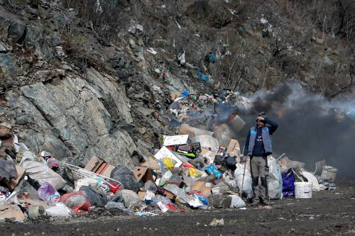 Rubbish-covered lake brings to light Balkans waste problem