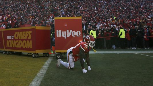 Chiefs' Tyreek Hill inexplicably performs dog pee celebration before AFC championship game