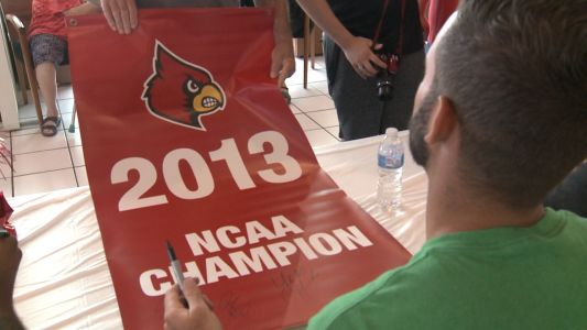 UofL's 2013 championship team signs autographs for fans