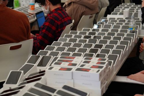 2,000 iPhones have been given to people stuck on a cruise ship near Japan
