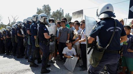 Greece to shut overcrowded refugee camps on outlying islands