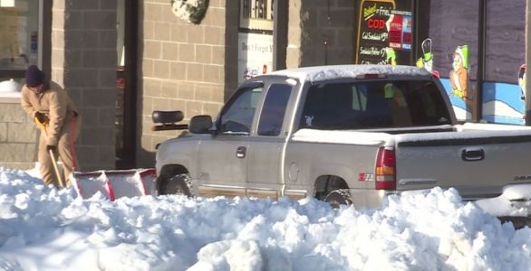 Business owners, residents spend Sunday morning digging out of snow on West Side
