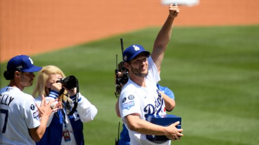 Dodgers' ring ceremony features Bronson Arroyo praising, singing 'Wonderwall' to Walker Buehler
