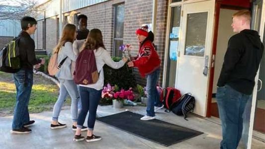 Aw! Teen gives away 170 flowers for every girl in his school