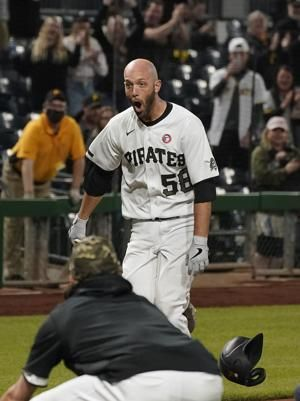 Stallings hits game-ending, 2-run HR, Pirates top Giants 8-6