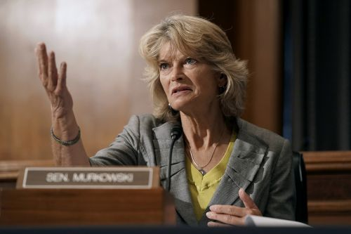 Trump vows to campaign against 'disloyal' Murkowski