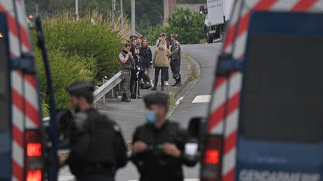 Illegal 1,500-strong rave kicks off in France after night of clashes that saw 5 police injured & reveler LOSE a hand