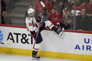 Late surge carries Capitals past Blackhawks