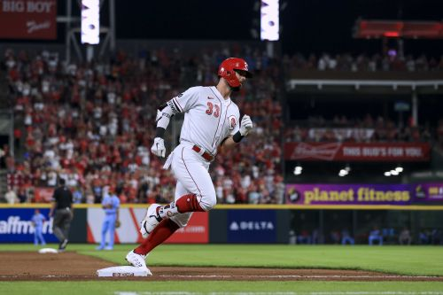Winker drives in 4, Castillo lasts 7, Reds hold off Cards
