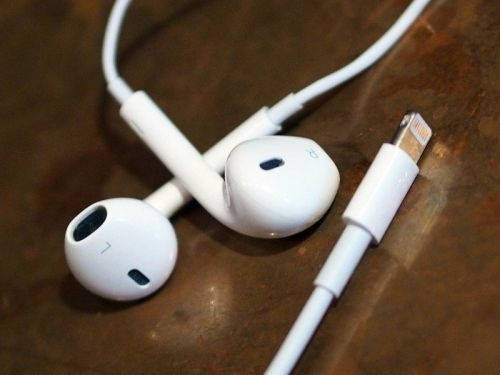 More smartphone makers to follow Apple in ditching headphones from boxes
