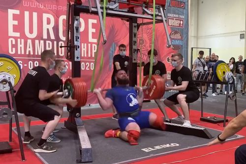 Russian powerlifter fractures both knees in horrifying lift gone wrong
