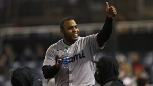 Marlins' Jesus Aguilar quite literally tries to steal signs from D-backs' Carson Kelly